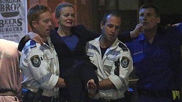 La brasileña Marcia Mikhael es sacada en andas por la policía tras el rescate de los rehenes en Sidney