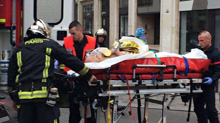 Uno de los heridos es trasladado de urgencia desde la sede de Charlie Hebdo