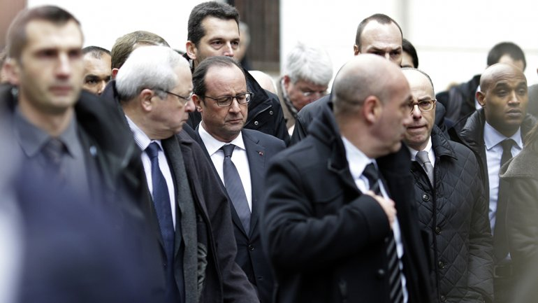 Hollande visitó el lugar del hecho y aseguró que atraparán a los responsables