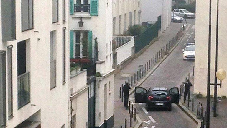 Los atacantes se tirotearon contra la policía. La imagen fue tomada desde una azotea vecina al edificio