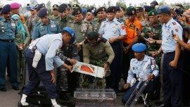 Los equipos de rescate recuperan la grabadora de datos del vuelo de AirAsia