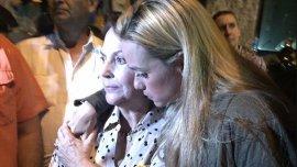 Lilian Tintori, esposa de Leopoldo López, consuela aMitzi Capriles, casada con Antonio Ledezma