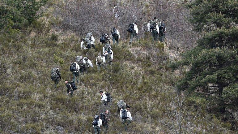 Los soldados franceses patrullan la zona del accidente donde el Germanwings Airbus A320 se estrelló