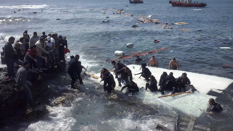 Los habitantes de los alrededores estaban muy afectados, y corrieron a buscar toallas y mantas, agua y comida, para los emigrantes, explicó Michalis Smastis, periodista de Rodiakis que presenció lo ocurrido.