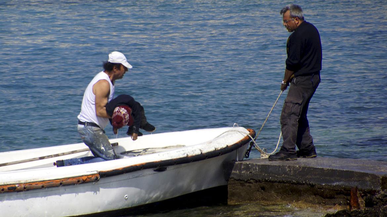 El velero encalló contra unas rocas cerca del puerto de Rodas. Hay tres muertos, incluido un niño (...), indicó un vocero de la policía portuaria.