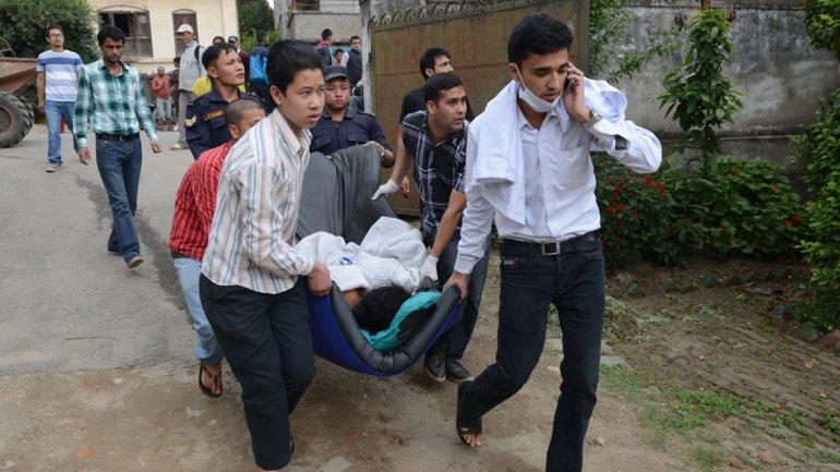 Asciende a más de 2.200 el número de víctimas por el devastador terremoto en Nepal