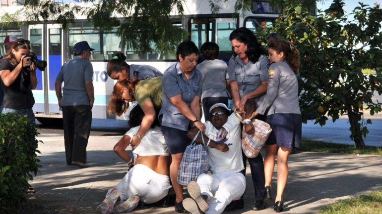 Berta Soler, líder de las Damas de Blanco, fue una de las detenidas por las fuerzas castristas
