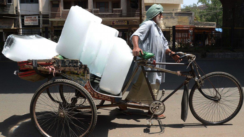 Las autoridades han cancelado los permisos de licencia de los  médicos y  advirtieron a la población que no salga a la calle al mediodía  para  evitar la peor hora de calor, pero para muchos indios quedarse  dentro  no es una opción