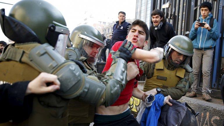 Enfrentamientos entre docentes y policías en Chile. La desconfianza favorece la violencia