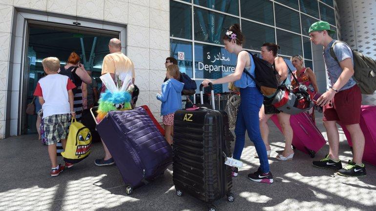 Miles de turistas abandonan Túnez luego del ataque...