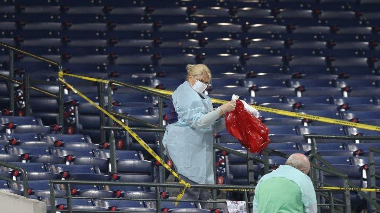 Resultado de imagen para Muere fanático al caer de baranda en estadio de Toronto