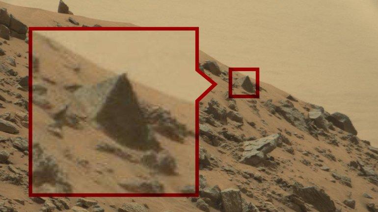 Las pirámides del tamaño de un pequeño coche. ¿Será la punta de una pirámide mucho más grande bajo tierra?