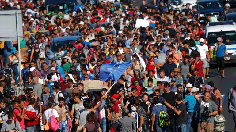 Más de1.000 migrantes salieron a pie este viernes de la principal estación de ferrocarril de Budapest rumbo aAustria