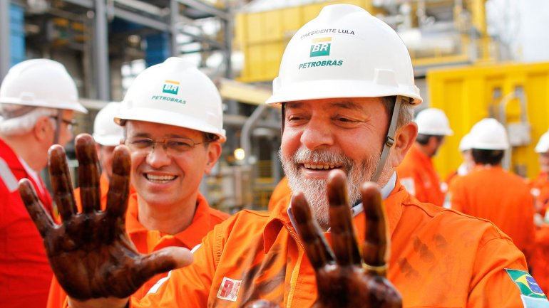 Lula con las manos manchadas de petróleo: es uno de los apuntados por la justicia brasileña en el escándalo de corrupción