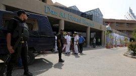 Las Fuerzas egipcias impiden a los periodistas el acceso al hospital Dar Al Fouad donde los sobrevivientes del ataque aéreo se encuentran internados