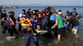 Migrantes sirios llegan a la isla de Lesbos en la costa de Grecia
