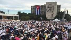 En la Plaza de la Revolución, miles de personas esperan el inicio de la misa del papa Francisco.