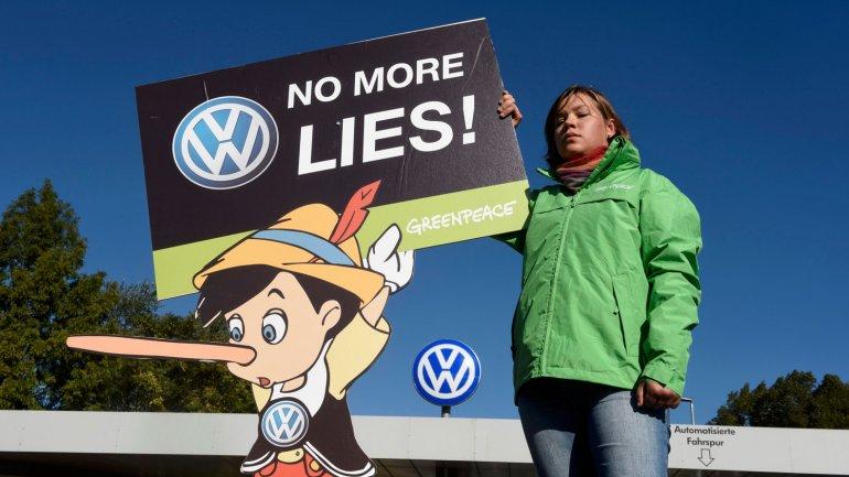 Activistas de Greenpeace protestan frente a una planta de Volkswagen en Wolfsburgo, Alemania