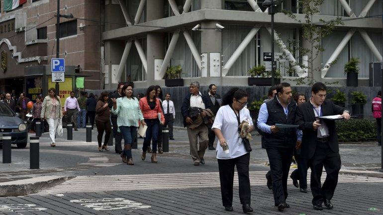 Imágenes de la evacuación en edificios públicos después del temblor en la Ciudad de México