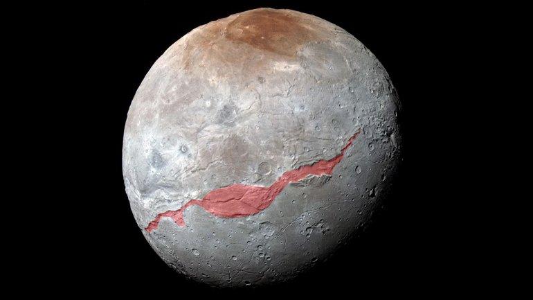 La mancha roja indica la zona que ocupa el cañón en la luna Charon