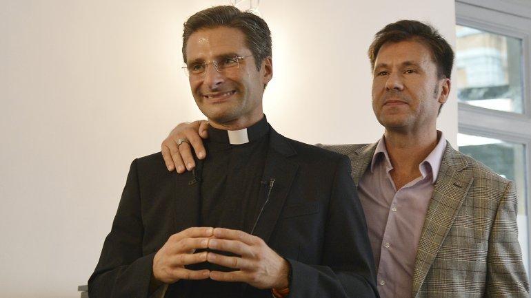 Monseñor Krystof Olaf Charamsa junto a Edouard, su pareja