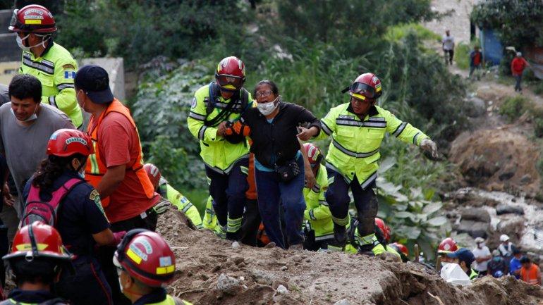 Los equipos de rescaten continúan buscando sobrevivientes tras el alud en Guatemala