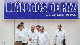 Juan Manuel Santos junto Timochenko en La Habana en los diálogos de paz entre el gobierno de Colombia y las FARC