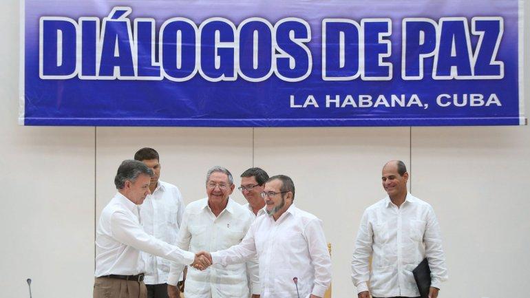Juan Manuel Santos junto a Timochenko en La Habana en los diálogos de paz entre el gobierno de Colombia y las FARC