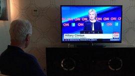 El ex presidente Bill Clinton observando a su esposa, Hillary, en el debate demócrata