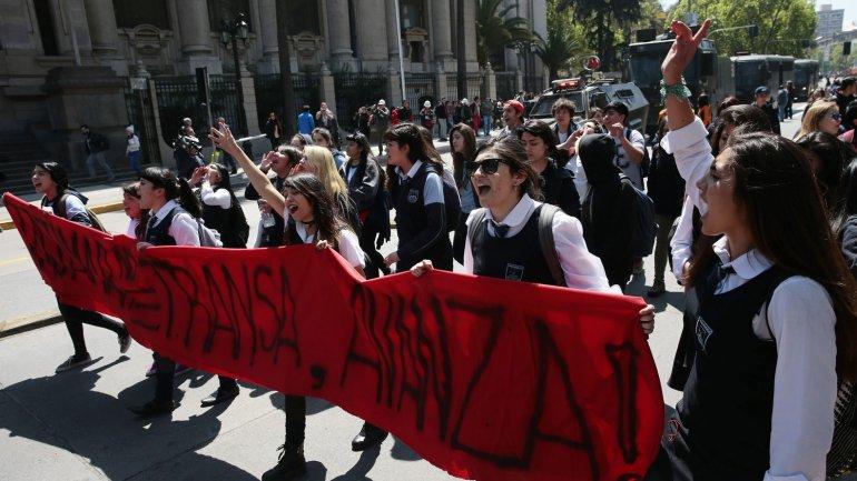 Unos 60 mil estudiantes se manifestaron en las calles de Santiago por una reforma transformadora de la educación