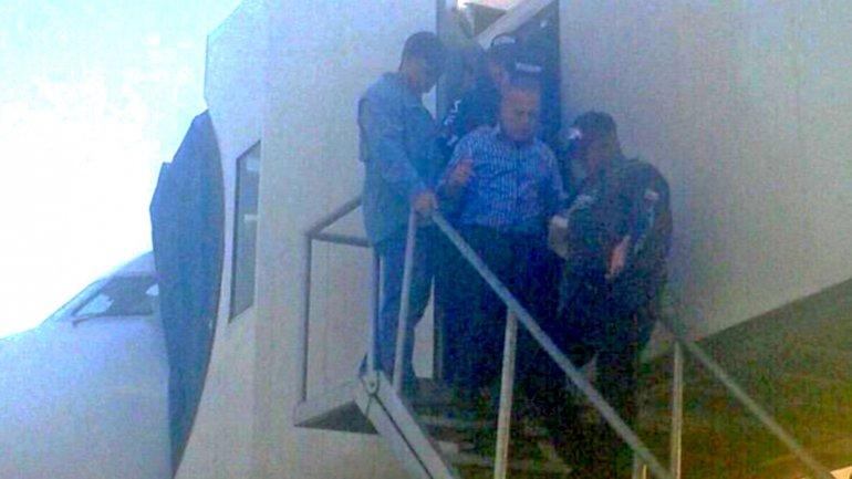 Escoltado, la policía militare se llava detenido al opositor venezolano Manuel Rosales