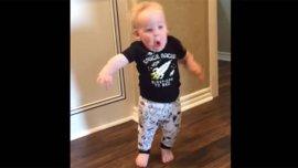 El pequeño niño se asusta ante el rugido de su abuelo