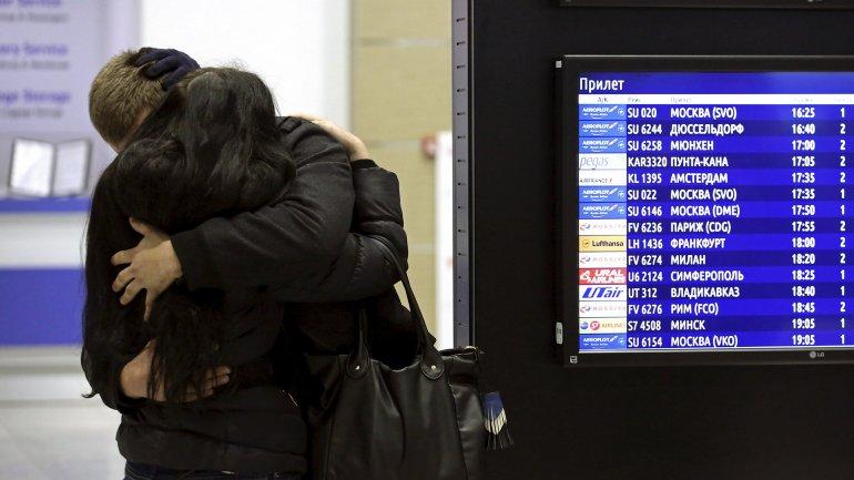 Familiares de las víctimas lloran abrazados en el aeropuerto de San Petesburgo donde debía aterrizar el vuelo de Metrojet.