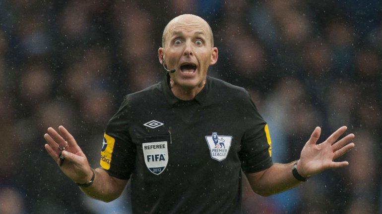 Mike Dean, el árbitro que festeja los goles del Tottenham.
