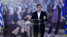 El primer ministro de Grecia, Alexis Tsipras, luego que los primeros 30 refugiados partieran hacia Luxemburgo