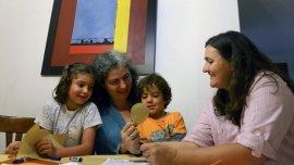 Las colombianas Ana Elisa Leiderman y Veronica Botero, junto a sus hijos Raquel y Ari, que tuvieron mediante inseminación artificial.