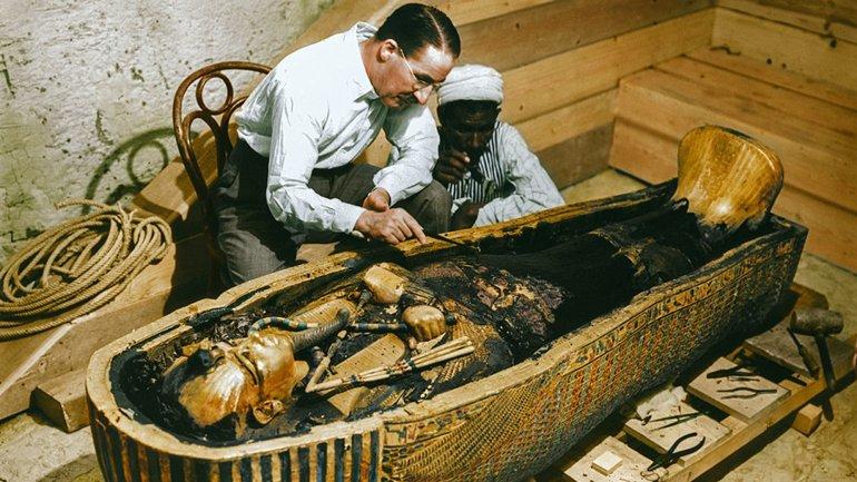 El arqueólogo Howard Carter y un trabajador examinan el sarcófago con interior de oro macizo de Tutankamon, en 1922