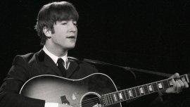 John Lennon con su guitarra acústica Gibson