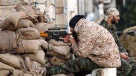 Un soldado libio leal al gobierno reconocido internacionalmente en la ciudad costera de Bengasi
