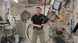 Kjell Lindgren tocó la gaita en el espacio