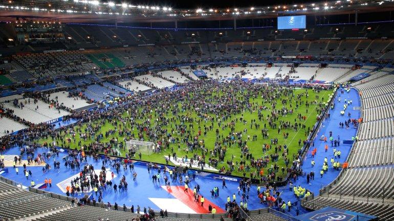 En noviembre de 2015, las autoridades francesas debieron evacuar un estadio en Francia mientras la selección del país jugaba contra Alemania