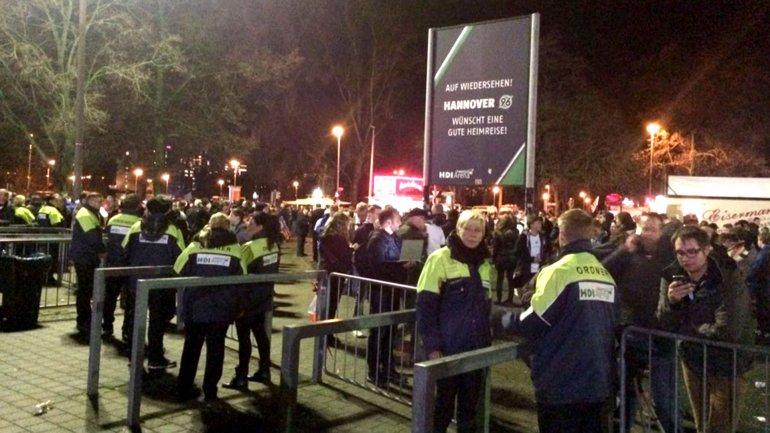 Así comenzó la evacuación en el estadio de Hannover, Alemania