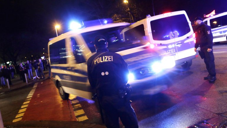 La policía de Hannover despeja la zona del estadio de fútbol