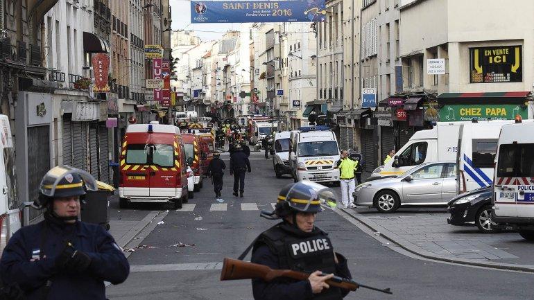 Operativo en París contra el cerebro de los atentados: hay dos muertos
