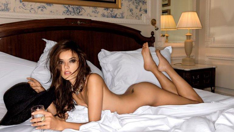 La modelo Alessandra Ambrosio mostró- por error- cómo está siempre bella en las redes sociales