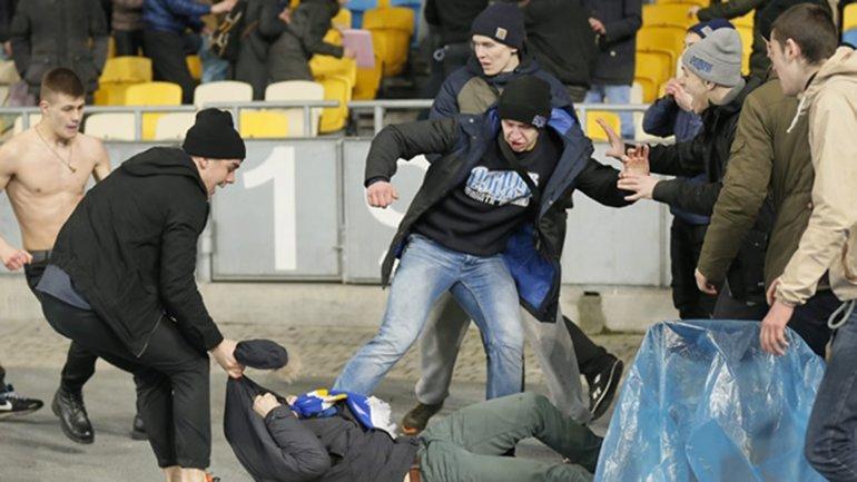 Agrasiones de aficionados del Dinamo de Kiev la temporada pasada