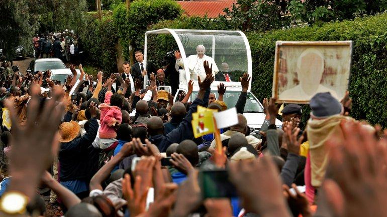 El papa Francisco llegaba a uno de los barrios marginales de Kangemi en Kenia