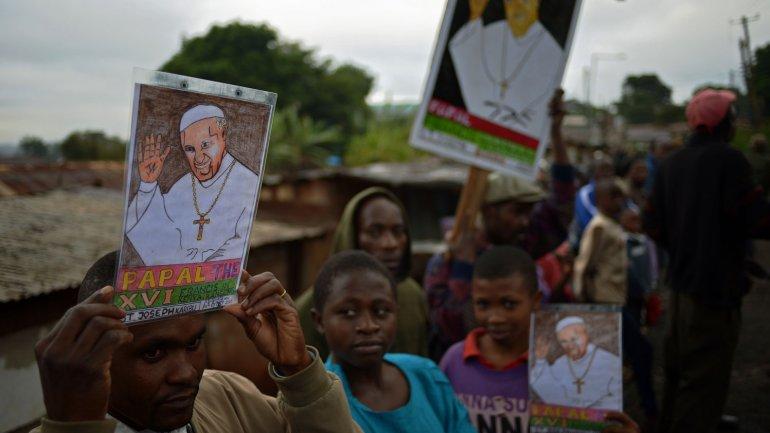 Miles de personas recibieron al papa Francisco en una parroquia de Kangemi