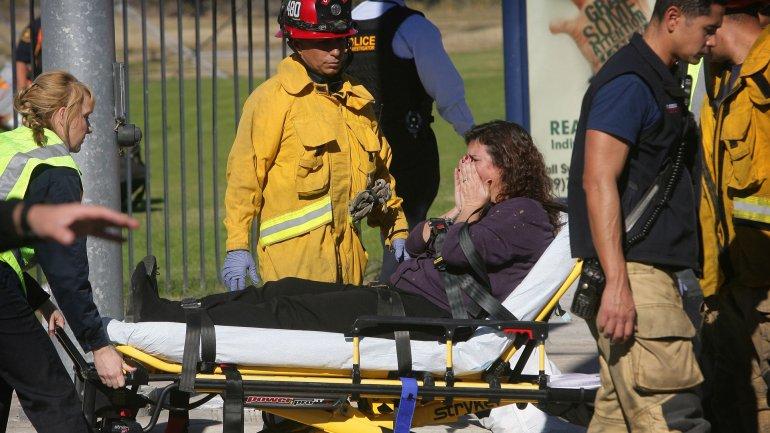 Los rescatistas trasladan a una de las víctimas del ataque terrorista en San Bernardino