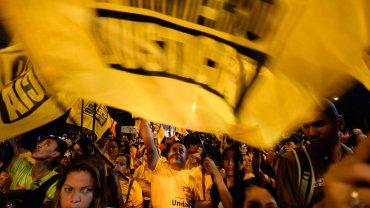 Banderas partidarias durante un acto de la oposición venezolana en Caracas